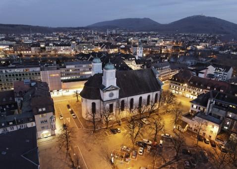 Sicht vom Dach des Stadthauses Richtung Osten mit der Stadtkirche und dem Munzingerplatz